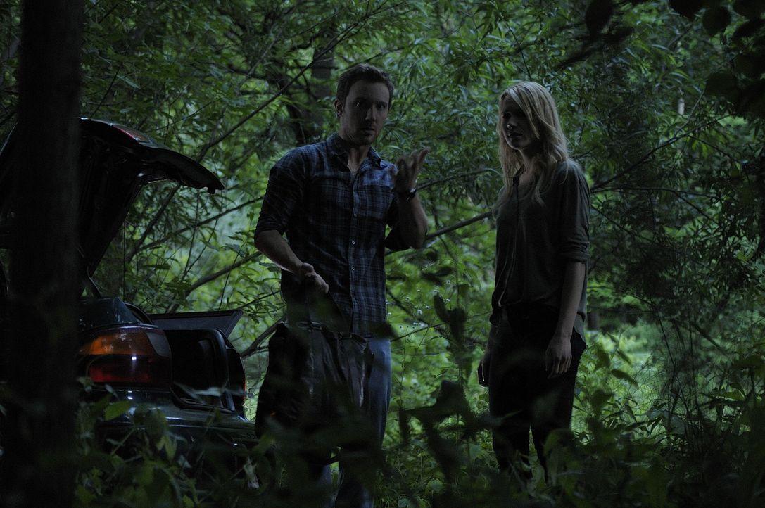 Im Wald wollen Josh (Sam Huntington, l.) und Nora (Kristen Hager, r.) Erin auf ihre erste Verwandlung vorbereiten ... - Bildquelle: Phillipe Bosse 2013 B.H. 2 Productions (Muse) Inc. ALL RIGHTS RESERVED.