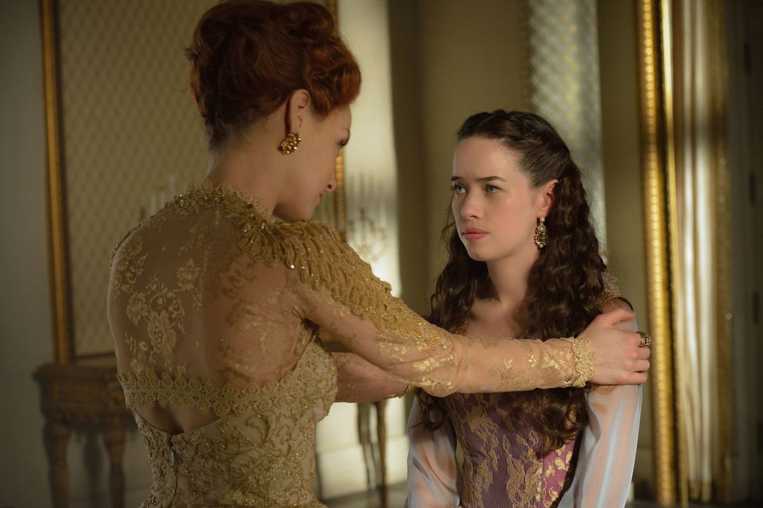 Elizabeth (Rachel Skarsten, l.) erzählt Lola (Anna Popplewell, r.) von ihren Albträumen und der Hinrichtung ihrer Mutter. Verfolgt sie damit ein gan... - Bildquelle: Ben Mark Holzberg 2016 The CW Network, LLC. All rights reserved.