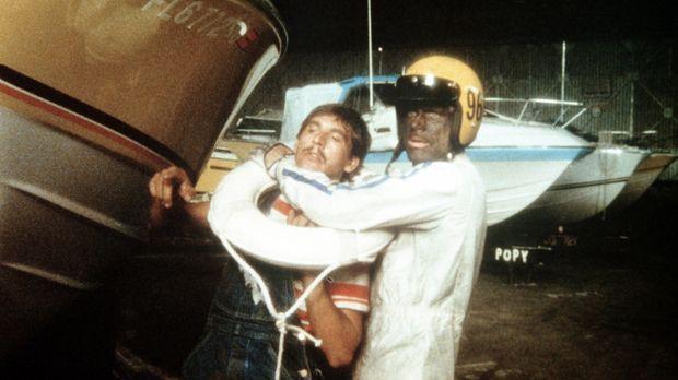 Bis zur Unkenntlichkeit maskiert tritt Johnny Firpo (Terence Hill, r.) den Ka...