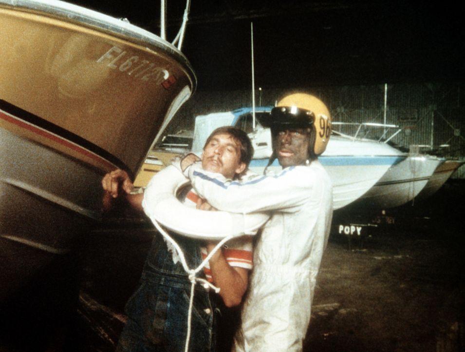 Bis zur Unkenntlichkeit maskiert tritt Johnny Firpo (Terence Hill, r.) den Kampf gegen die Mafia an ... - Bildquelle: Columbia Pictures