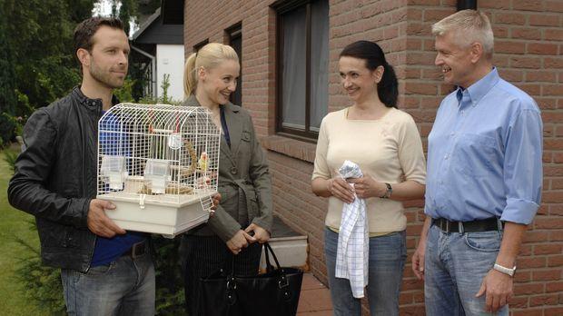 Getarnt als Paar, dass seinen entflogenen Vogel sucht, verschaffen sich Phili...