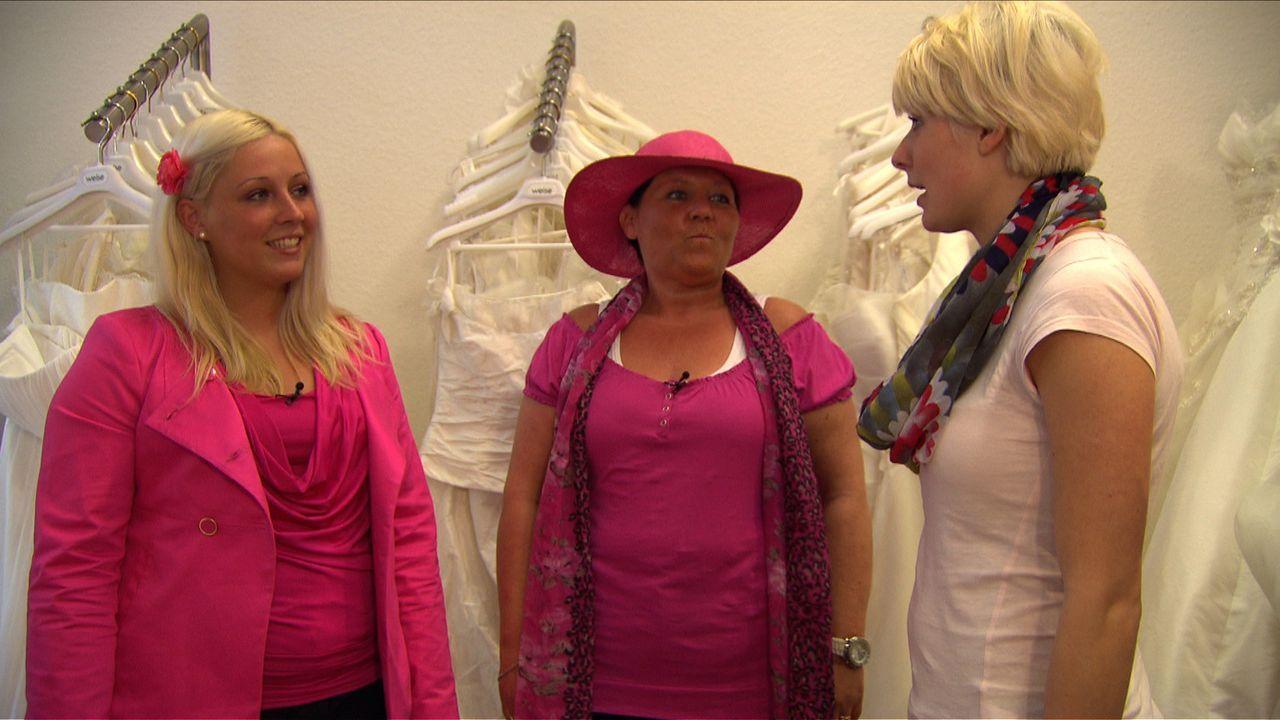 Zusammen mit ihrer Mutter Monique (M.) besucht Stella (l.) einen Brautmodenladen. Ob das Hochzeitskleid wohl auch pink wird? - Bildquelle: SAT.1