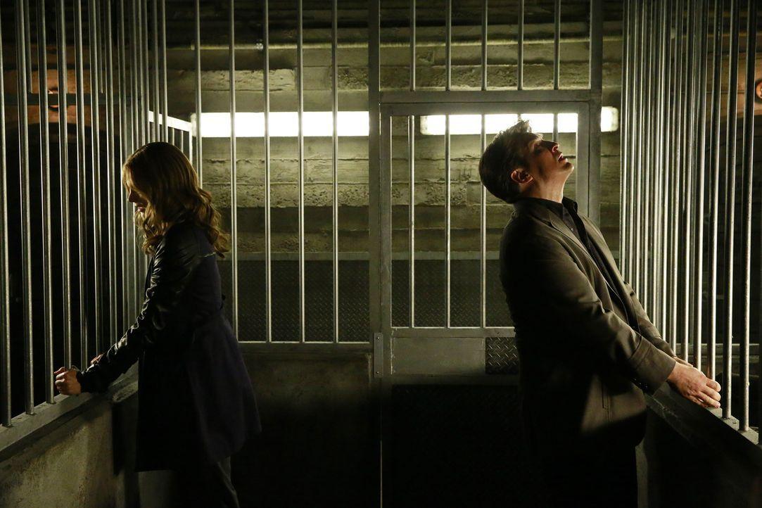 Bei ihrem neusten Fall werden Beckett (Stana Katic, l.) und Castle (Nathan Fillion, r.) zusammen in einer Zelle eingeschlossen ... - Bildquelle: Mitchell Haaseth 2015 American Broadcasting Companies, Inc. All rights reserved.