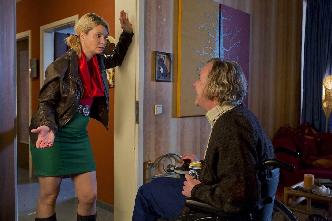 Danni (Annette Frier, l.) macht Kurt (Axel Siefer, r.) eine eindeutige Ansage: entweder Pit loswerden und seine Probleme mit er Hausverwaltung direk... - Bildquelle: Frank Dicks SAT.1