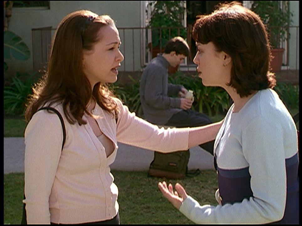 Noelle (Paige Moss, l.) setzt Kelly (Danielle Harris, r.) unter Druck, da diese sich weigert, ihr einen Gefallen zu erweisen. - Bildquelle: Viacom
