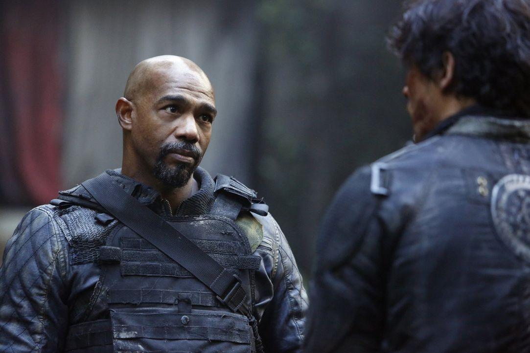Gelingt es Pike (Michael Beach), Kane und dessen Gefolgsleute in eine Falle zu locken und zum Aufgeben zu zwingen? - Bildquelle: 2014 Warner Brothers