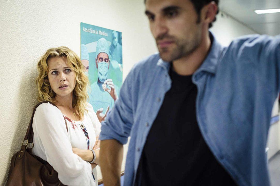 Erst als ihr Sohn ins Krankenhaus eingeliefert wird, erfährt Eva (Felicitas Woll, l.), dass ihr Ehemann, der freiberufliche Fotograf Luis (Renato Sc... - Bildquelle: Joao Tuna SAT.1
