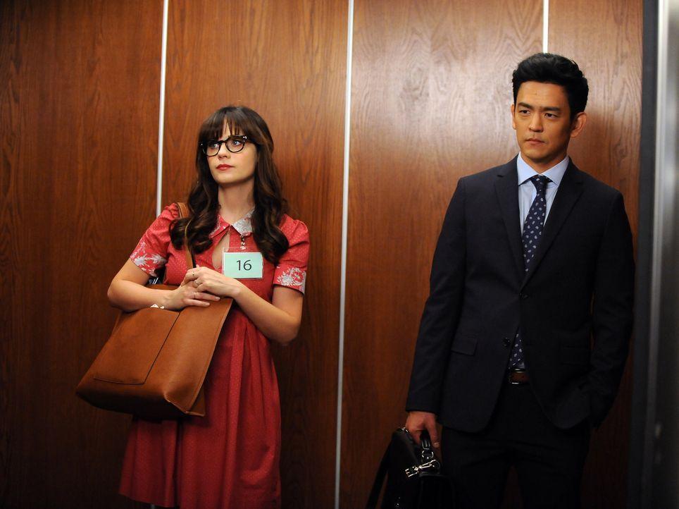 Im Gericht trifft Jess (Zooey Deschanel, l.) auf den charmanten Anwalt Daniel Grant (John Cho, r.) und hinterlässt bei der potentiellen Geschworenen... - Bildquelle: 2016 Fox and its related entities.  All rights reserved.