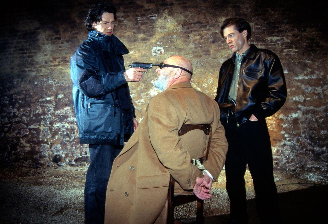 Otto Hartmann (Klaus H. Zmorek, l.) und Fritz Morak (Johannes Nikolussi, r.) haben den Industriellen Erich Staller (Rolf Hoppe, M.) entführt. - Bildquelle: Ali Schafler Sat.1