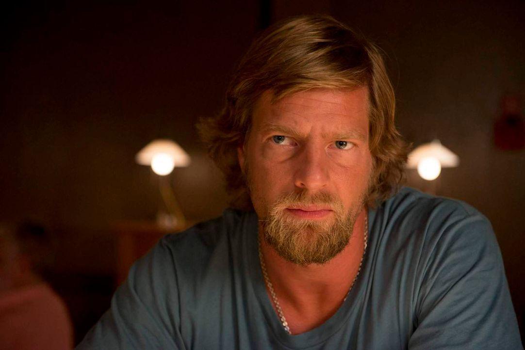 Um den Täter zu stellen, der ihn vor 20 Jahren ins Koma befördert hatte, kehrt Mick Brisgau (Henning Baum) in den Polizeidienst zurück - zu einem üb... - Bildquelle: Martin Rottenkolber SAT. 1