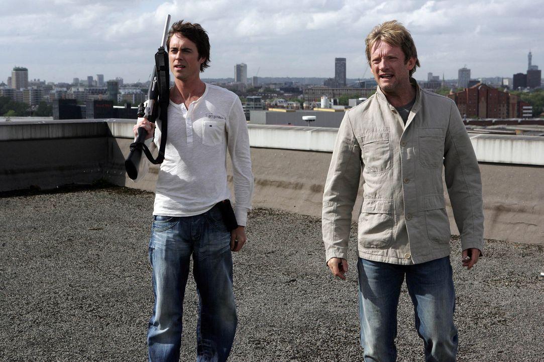 Cutter (Douglas Henshall, r.) und Stephen (James Murray, l.) betäuben die Flugechse, bevor Claudia sie dann endgültig erschießen kann ... - Bildquelle: ITV Plc
