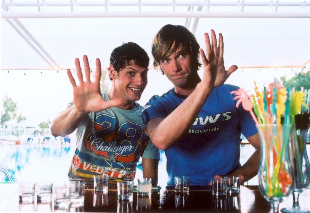 Eigentlich sollen die zwei chaotischen Freunde Daniel (Matthias Schloo, r.) und Mark (Manuel Cortez, l.) einen Bungalow auf Ibiza restaurieren. Doch... - Bildquelle: Lucia Fuster ProSieben