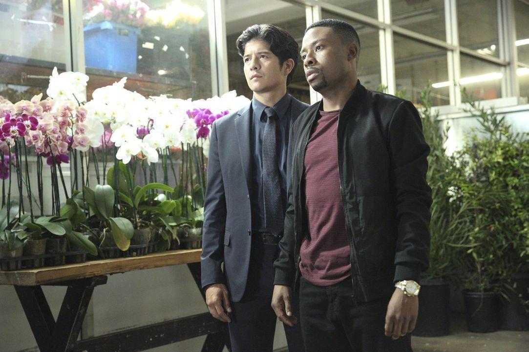 Steven Baker ist aus dem Gefängnis ausgebrochen. Das FBI bittet Carter (Justin Hires, r.) und Lee (Jon Foo, l.) um Hilfe bei der Suche nach dem flüc... - Bildquelle: Warner Brothers