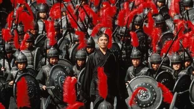 Eines Tages begehrt Nameless (Jet Li) Eintritt beim König von Qin. Mit sich t...