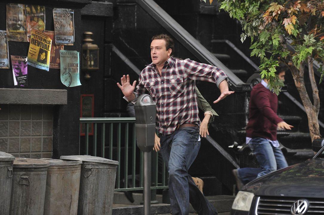 Als Marshall (Jason Segel) eine SMS von Max, einem Bekannten erhält, der ihm mitteilt, dass Woody Allen in einem  Steakhouse in Downtown sitzt, bes... - Bildquelle: 20th Century Fox International Television