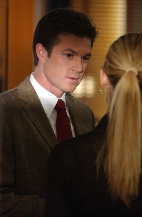 Samantha Spade (Poppy Montgomery, r.) schafft es immer noch nicht, zu ihrer Beziehung mit Martin Fitzgerald (Eric Close, l.) zu stehen ... - Bildquelle: Warner Bros. Entertainment Inc.