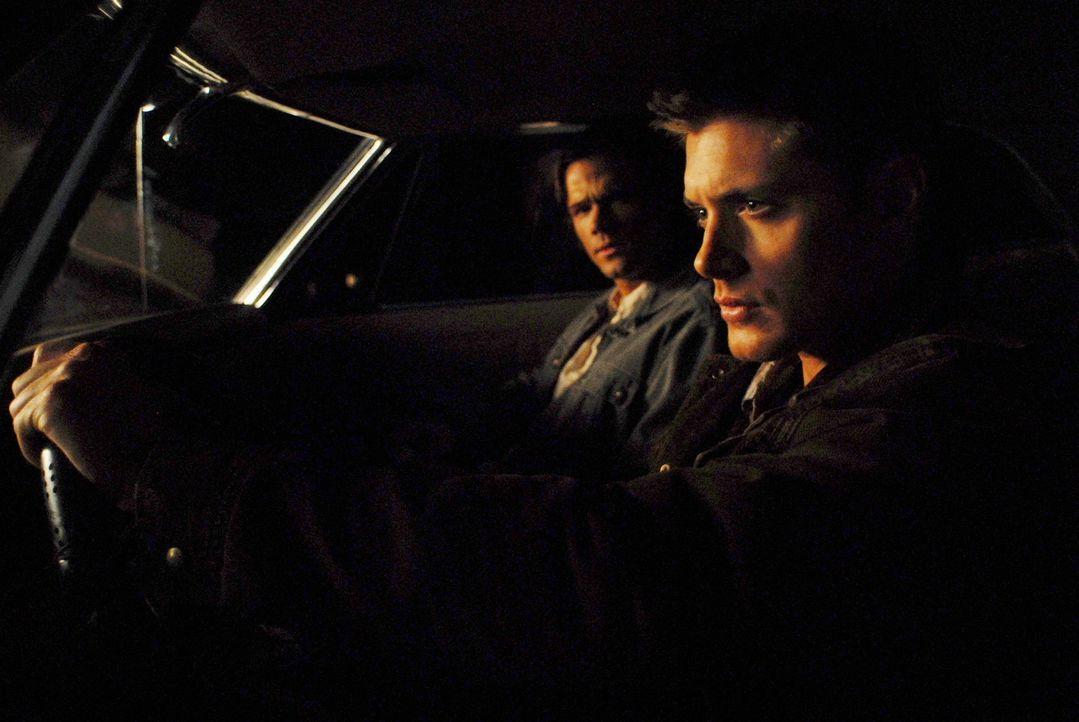 Dean Winchester (Jensen Ackles, r.) ist in der Hölle erwacht und sucht seinen Bruder Sam (Jared Padalecki, l.) auf, der kaum glauben kann, dass er... - Bildquelle: Warner Bros. Television