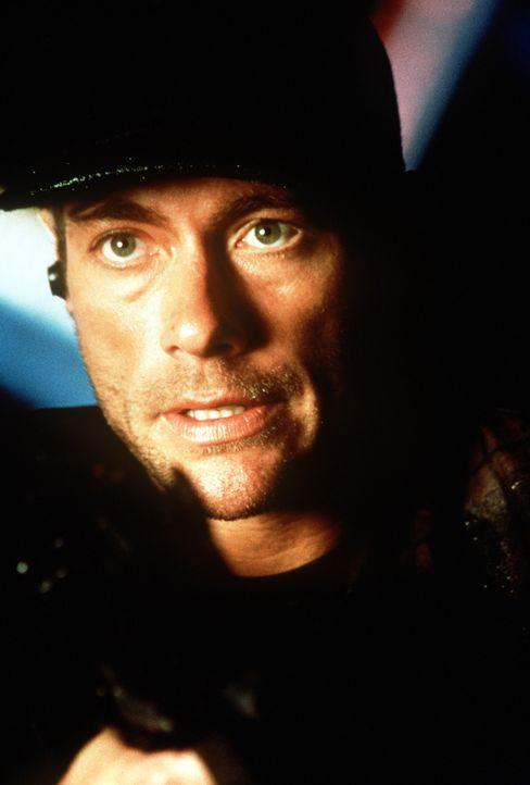 """Bei seinem """"letzten"""" Auftrag wird Jack (Jean-Claude Van Damme) schwer verletzt und verliert das Bewusstsein. Auf einer unbekannten Insel kommt er wi... - Bildquelle: Columbia TriStar"""