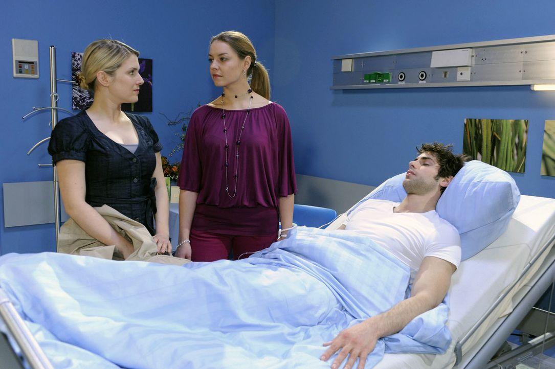 Katja (Karolina Lodyga, M.) weist Anna (Jeanette Biedermann, l.) aus dem Krankenhaus und gibt ihr deutlich zu verstehen, dass sie nichts an Jonas' K... - Bildquelle: Oliver Ziebe Sat.1