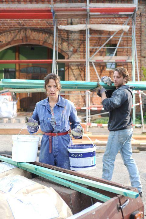 Als Karl (Hendrik Duryn, r.) Annes (Alexandra Neldel, l.) Arbeiter verjagt, ist sie verzweifelt, denn nun wird sie die Pension nicht rechtzeitig fer... - Bildquelle: Aki Pfeiffer SAT.1