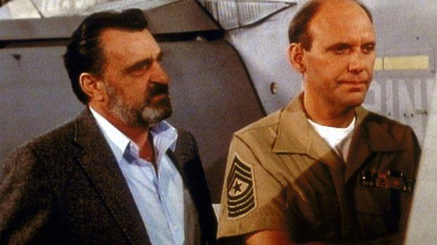 Mark (Victor French, l.) erfährt von Major Hastings (H. Richard Greene, r.),...