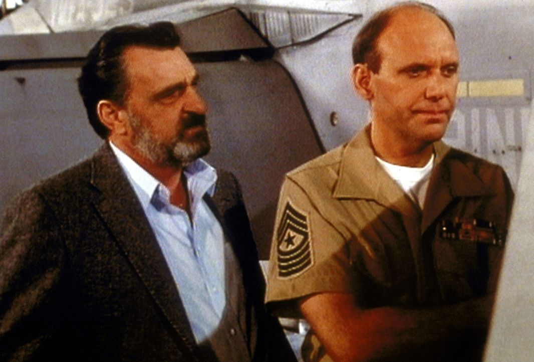 Mark (Victor French, l.) erfährt von Major Hastings (H. Richard Greene, r.), dass er Angst hat, seinen Sohn zu verlieren. - Bildquelle: Worldvision Enterprises, Inc.