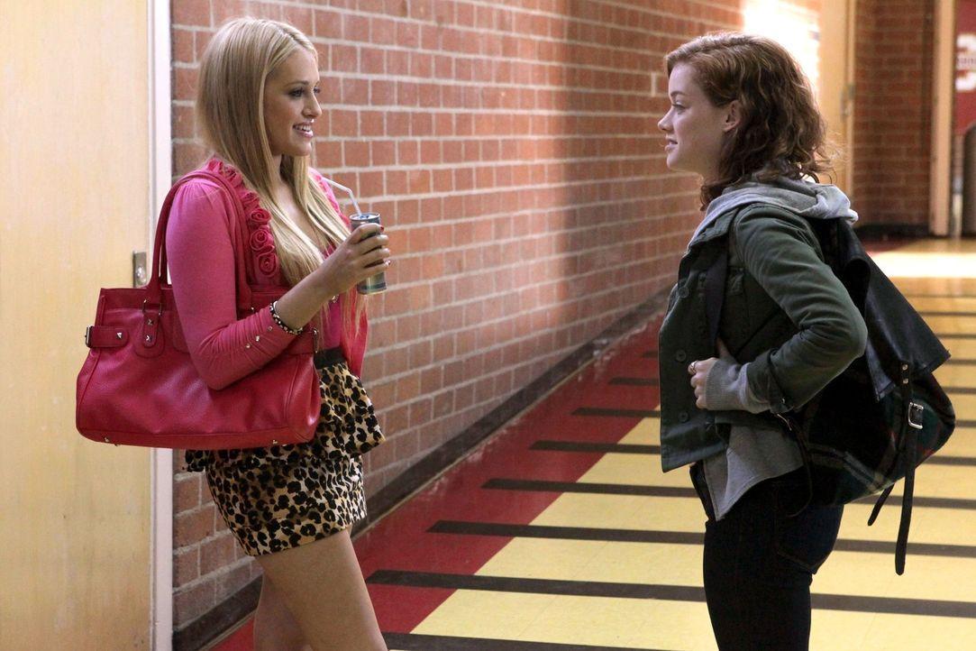Der Einstand in ihrem neuen Leben ist für Tessa anfangs nicht ganz leicht: Tessa (Jane Levy, r.) und Dalia (Carly Chaikin, l.) ... - Bildquelle: Warner Bros. Television