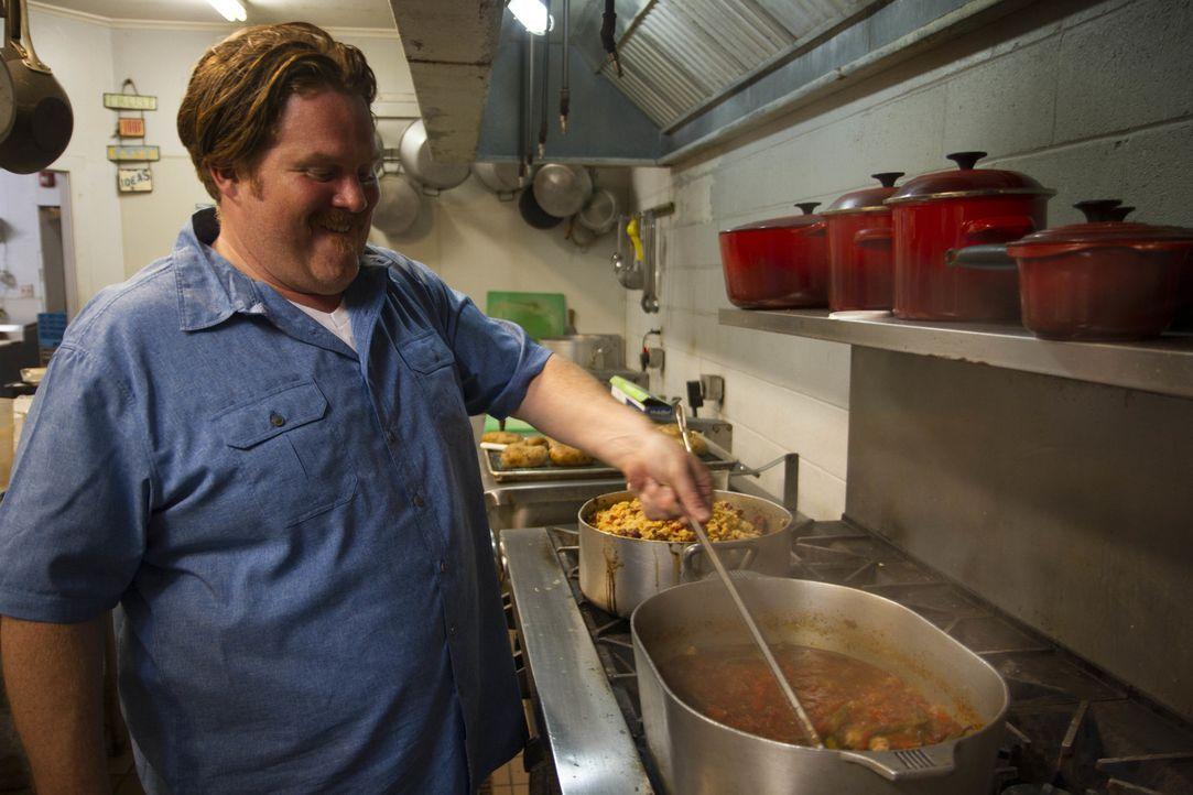 """Casey macht auf seiner kulinarischen Reise im """"Dooky Chase's Restaurant"""" in New Orleans Halt, wo er bei der Zubereitung von Leah Chases berühmtem """"C... - Bildquelle: 2017,The Travel Channel, L.L.C. All Rights Reserved."""