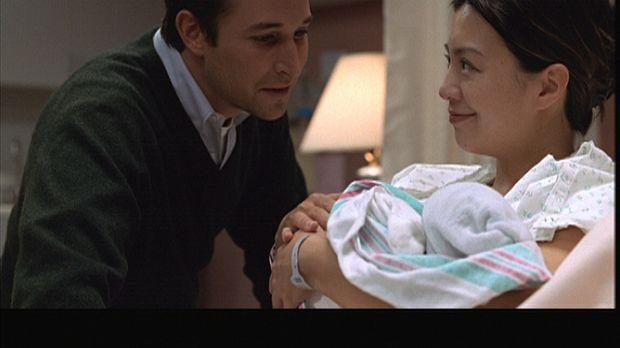 Schweren Herzens entschließt sich Chen (Ming-Na Wen, r.), ihr Baby zur Adopti...