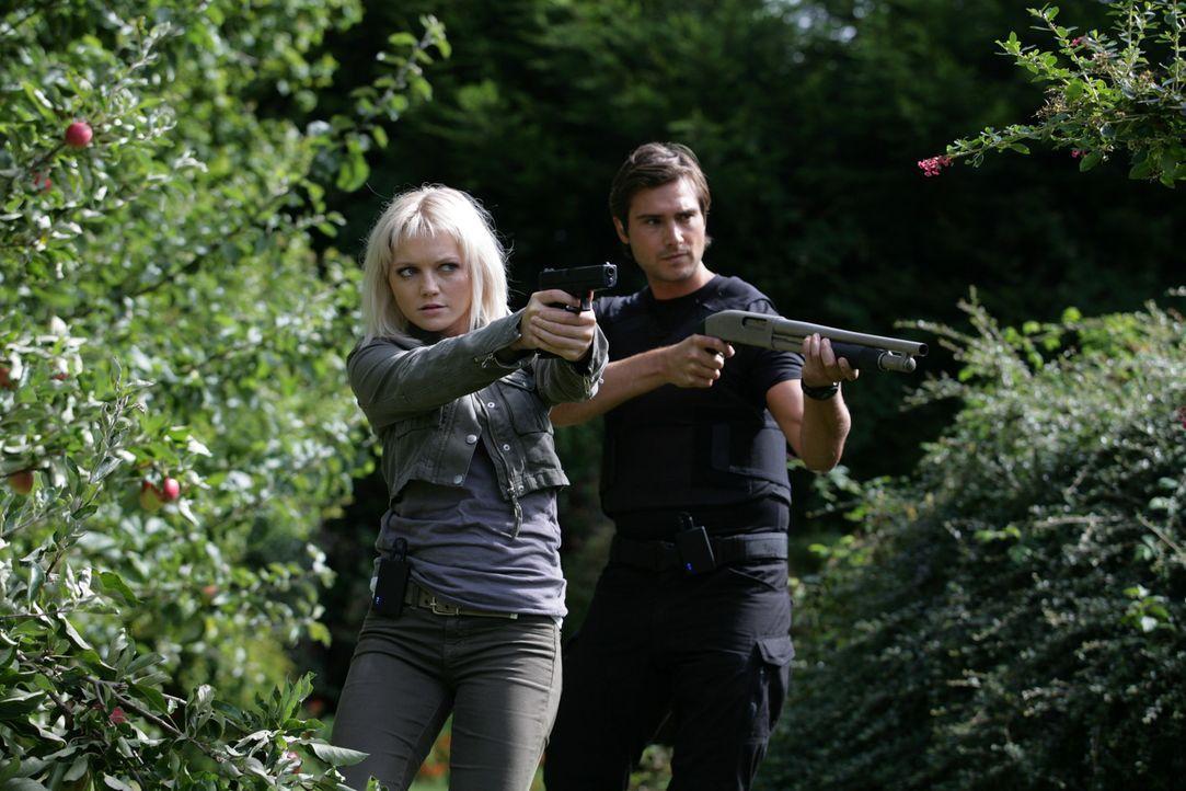 Bei einem neuen Einsatz wird Connor von einem gigantischen Insekt in dessen unterirdischen Tunnel gezerrt. Becker (Ben Mansfield, r.) und Abby (Hann... - Bildquelle: ITV Plc