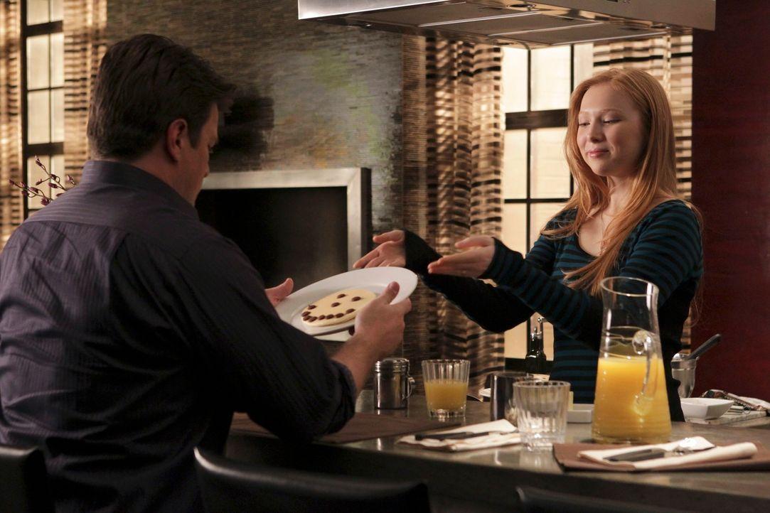 """Alexis (Molly C. Quinn, r.) überrascht ihren Vater (Nathan Fillion, l.) mit einem """"Notfall-Aufmunterungs-Pfannkuchen"""" ... - Bildquelle: ABC Studios"""