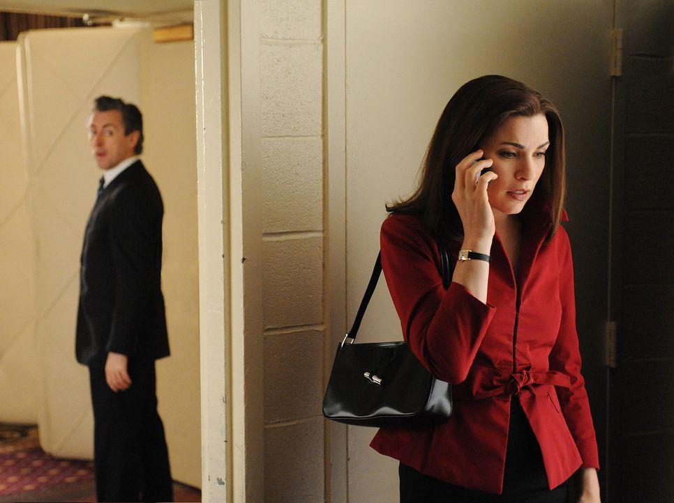 Eli Gold (Alan Cumming, l.) will unbedingt von Alicia (Julianna Margulies, r.) erfahren, ob sie voll und ganz ihrem Mann bei der politischen Kampagn... - Bildquelle: CBS Studios Inc. All Rights Reserved.