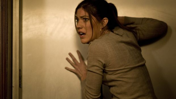 Schon bald muss die junge Reporterin Angela Vidal (Jennifer Carpenter) festst...
