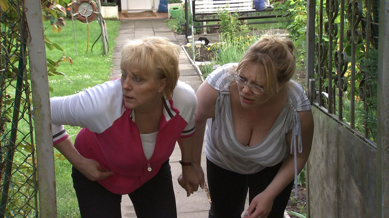 Sexy Samantha verdreht den Männern in der Kleingartensiedlung den Kopf. Die Freundinnen Maren (r.) und Frauke (l.) rasen vor Eifersucht ... - Bildquelle: SAT.1