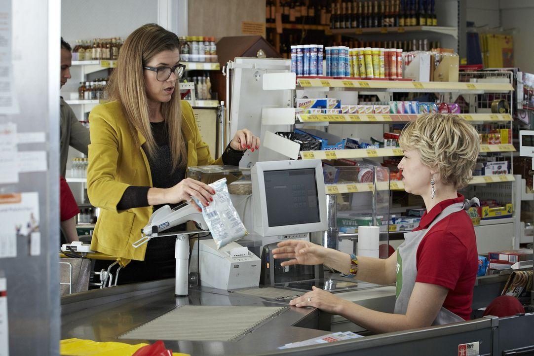 Frau Schupp (Anke Engelke, l.) steht an der Supermarktkasse und die Kassiererin (Lisa Wagner, r.) bittet sie um ihre Postleitzahl. Frau Schupp nennt... - Bildquelle: Guido Engels SAT.1