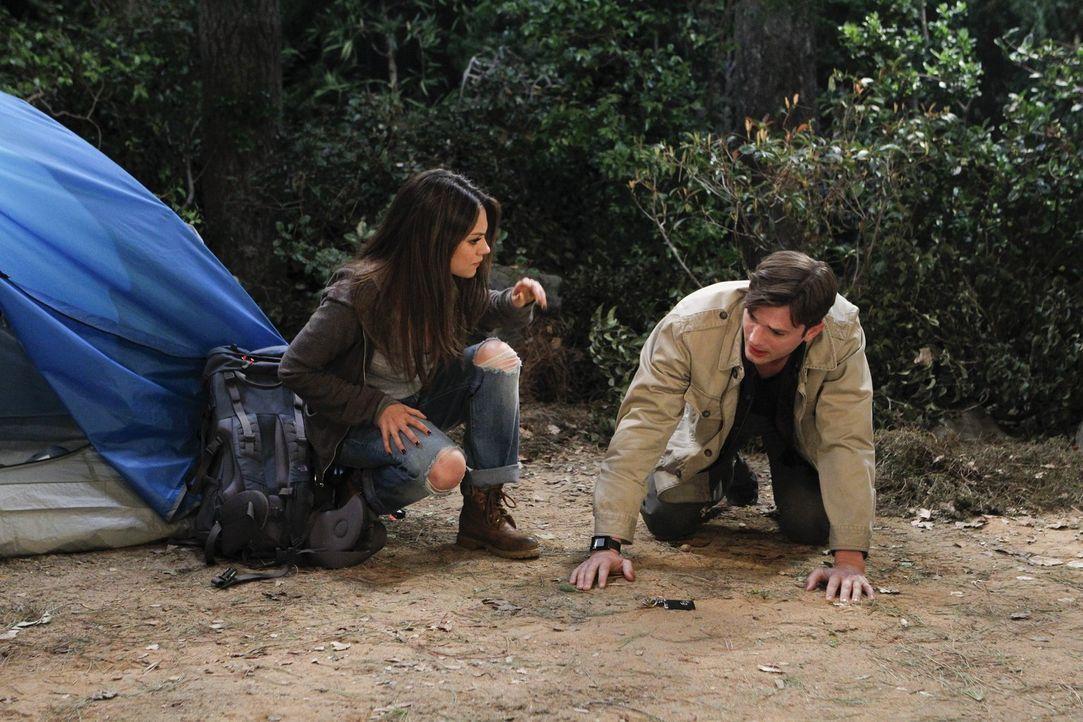 Walden (Ashton Kutcher, r.) hilft Vivian (Mila Kunis, l.) beim Aufbau ihres Zeltes und hofft, dass sich mehr zwischen ihnen entwickelt. Doch die sch... - Bildquelle: Warner Brothers Entertainment Inc.