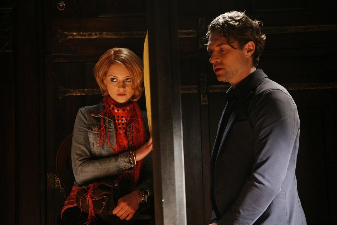 Jana (Ronja Peters, l.) kann der Versuchung nicht widerstehen, Tonis (Ron Holzschuh, r.) geheimsten Geheimnisse zu belauschen ... - Bildquelle: SAT.1