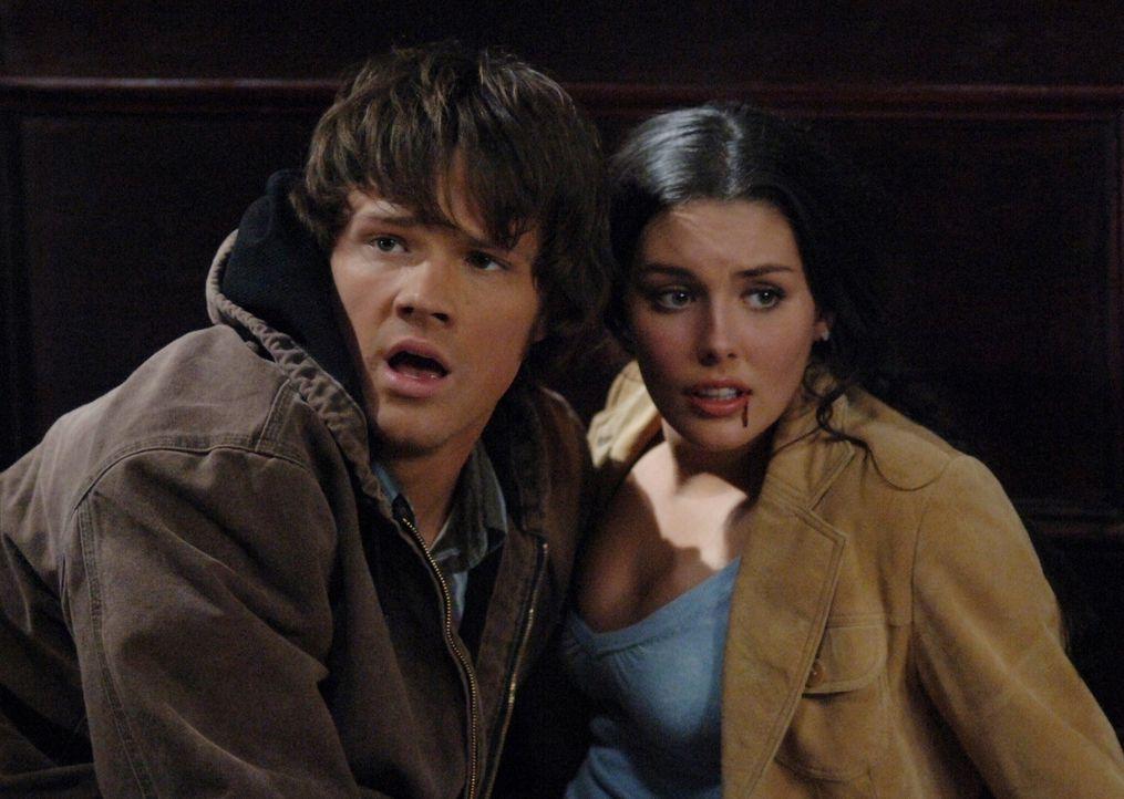 Stehen dem Killer-Mädchen gegenüber: Sarah (Taylor Cole, r.) und Sam (Jared Padalecki, l.) ... - Bildquelle: Warner Bros. Television