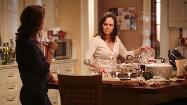 Sarah (Rachel Griffiths, l.) möchte sich nach dem großen Streit mit ihrer Mut...