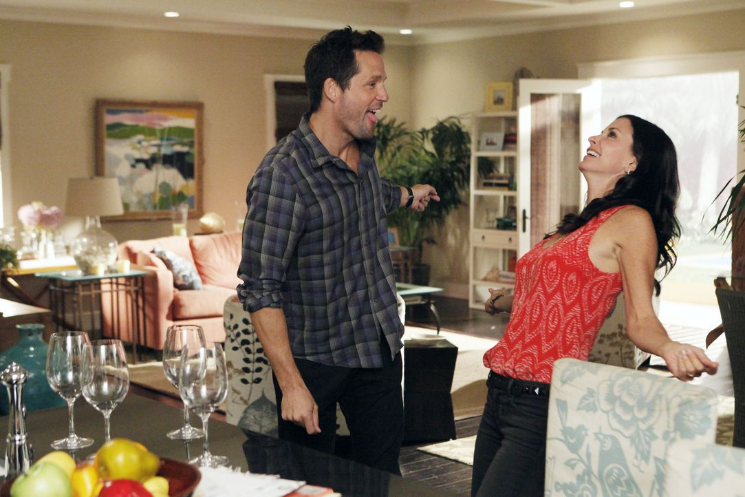 Jules (Courteney Cox, r.) macht Grayson (Josh Hopkins, l.) den Vorschlag, zur Eheberatung zu gehen, bevor sie überhaupt verheiratet sind ... - Bildquelle: 2011 American Broadcasting Companies, Inc. All rights reserved.