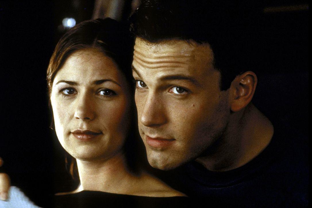 Ben (Ben Affleck, r.) und Bridget (Maura Tierney, l.) wollen endlich heiraten. Aber will Ben überhaupt? - Bildquelle: TM+  1999 DreamWorks LLC. All Rights Reserved.