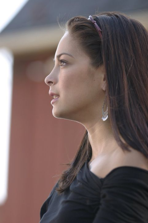 Als Lois von einem Mann angegriffen wird, kommt Lana (Kristin Kreuk) rechtzeitig vorbei  ... - Bildquelle: Warner Bros.