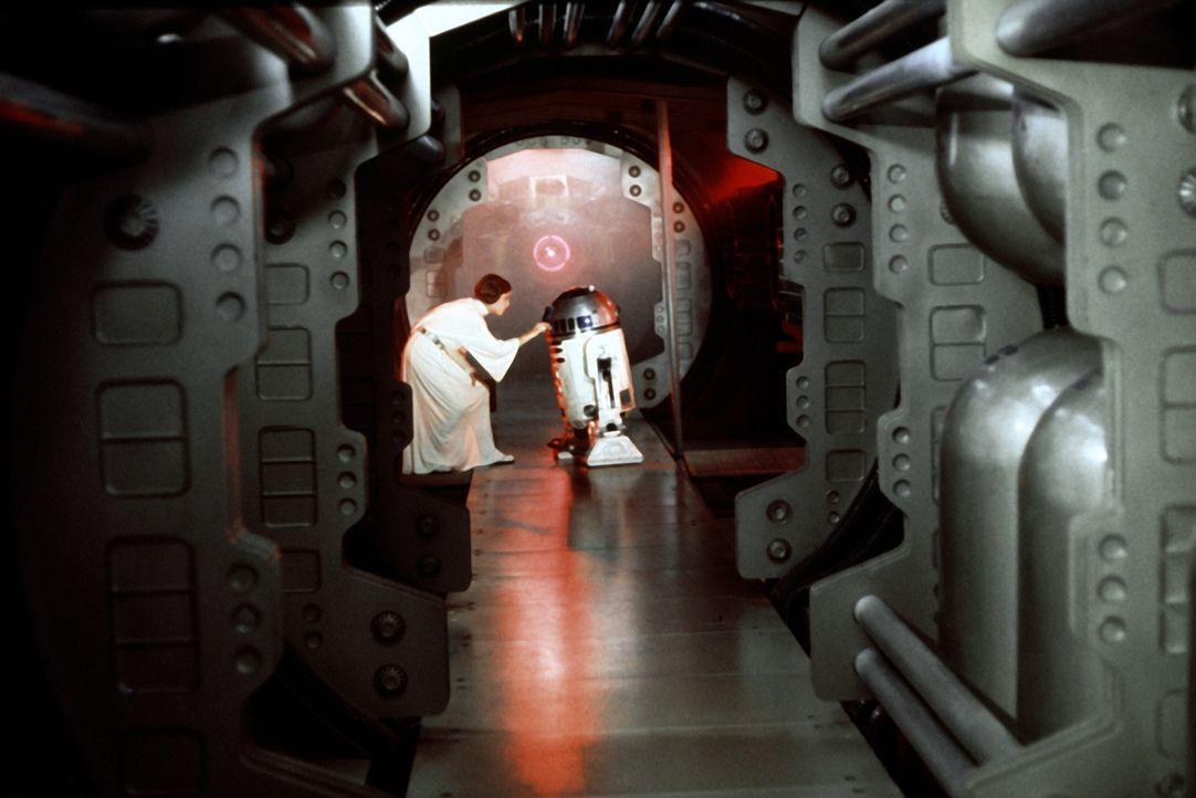 In ihrer Not beauftragt Prinzessin Leia (Carrie Fisher, l.), den kleinen Druiden R2-D2 (Kenny Baker, r.) eine wichtige Botschaft an den Jedi-Ritter... - Bildquelle: Lucasfilm LTD. & TM. All Rights Reserved.