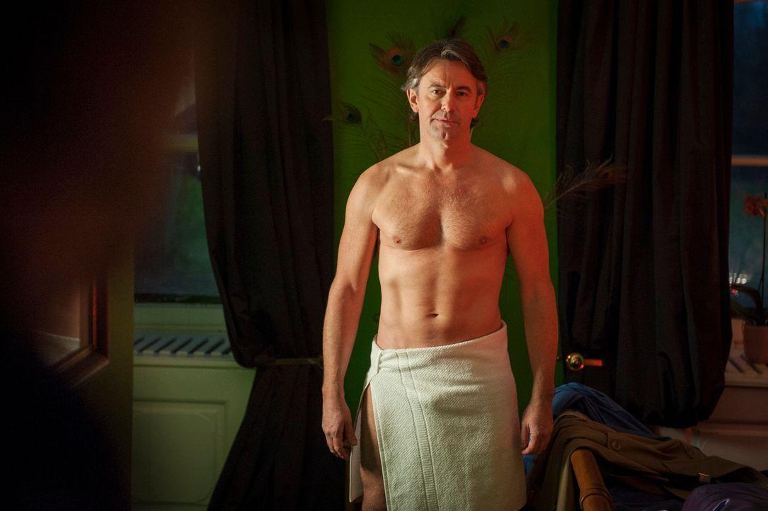 Mick kann es nicht fassen, als er Meisner (Robert Lohr) im Bordell antrifft ... - Bildquelle: Martin Rottenkolber SAT.1