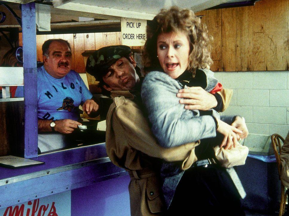 Am hellichten Tag wird Amanda (Kate Jackson, r.) entführt ... - Bildquelle: CBS Television