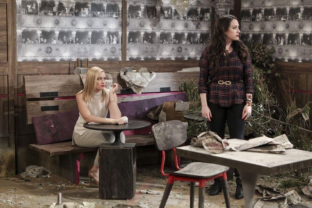 Als Max (Kat Dennings, r.) bewusst wird, dass ihre Beziehung mit Randy tatsächlich beendet zu sein scheint, entschließt sie sich, nach L.A. zu fahre... - Bildquelle: Warner Bros. Television