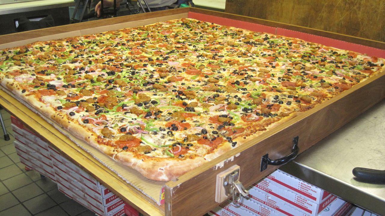 """Mehr ist mehr: """"Moderne Wunder"""" zeigt, wie einer Pizza gebacken wird, die knapp 75 Menschen satt macht. - Bildquelle: Courtesy Half Yard Productions"""