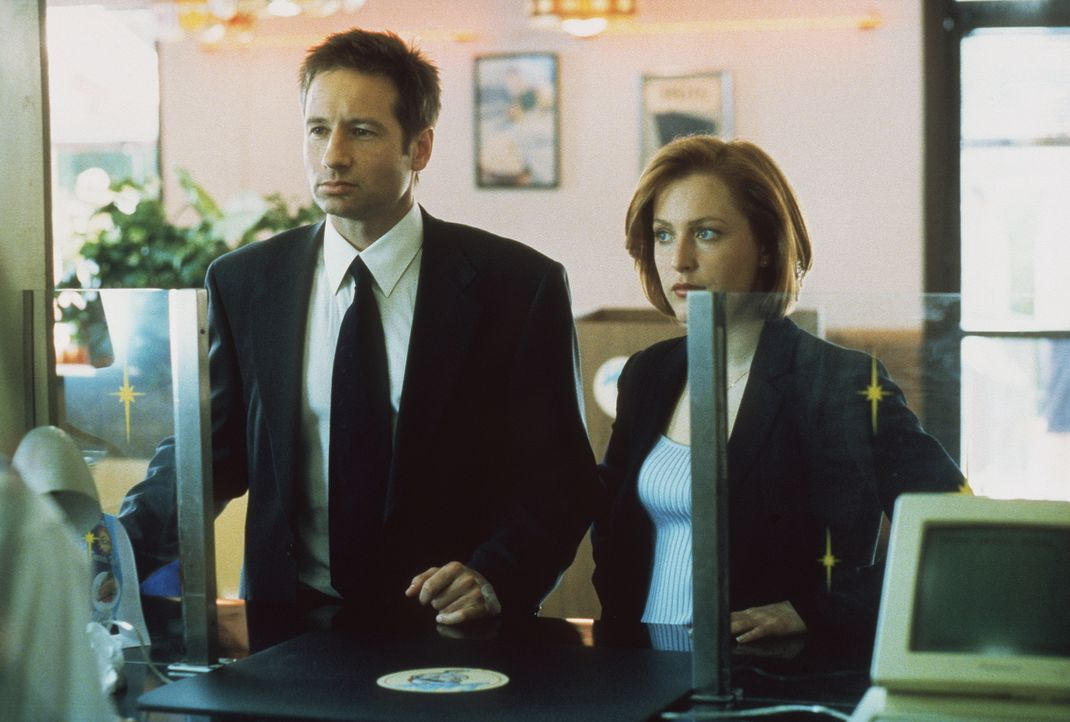 Mulder (David Duchovny, l.) und Scully (Gillian Anderson, r.) ermitteln in einem bizarren Mordfall. Eine Spur führt die FBI-Agenten zu einer Hamburg... - Bildquelle: TM +   2000 Twentieth Century Fox Film Corporation. All Rights Reserved.