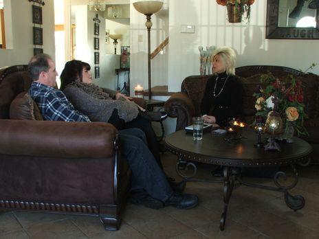 Long Island Medium - Theresa (r.) besucht Deanna (M.) und Michael (l.). Deann...