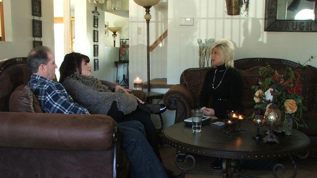 Theresa (r.) besucht Deanna (M.) und Michael (l.). Deanna spürt eine ganz bes...